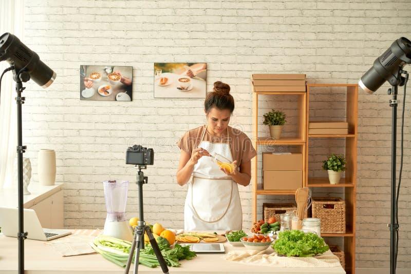 Cozimento do blogger do alimento fotografia de stock
