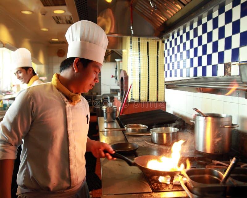 Cozimento do flambe do cozinheiro chefe imagem de stock royalty free