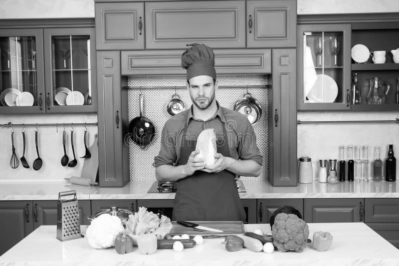 Cozimento do homem novo Estilo de vida saudável Cozimento em casa Prepare o alimento foto de stock