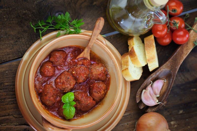Cozimento do italiano - esferas de carne com manjericão fotografia de stock
