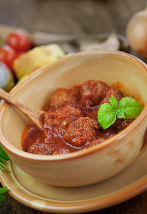 Cozimento do italiano - esferas de carne com manjericão imagem de stock