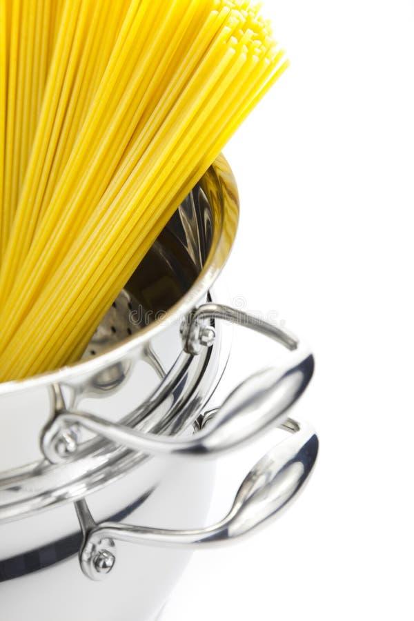 Cozimento do italiano/saucepan com espaguete fotografia de stock royalty free
