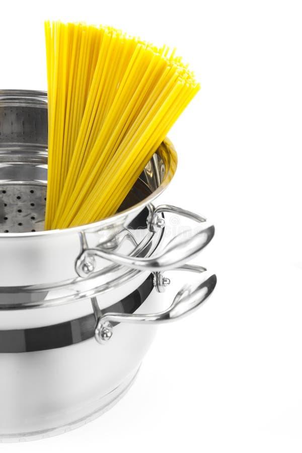 Cozimento do italiano/saucepan com espaguete imagens de stock
