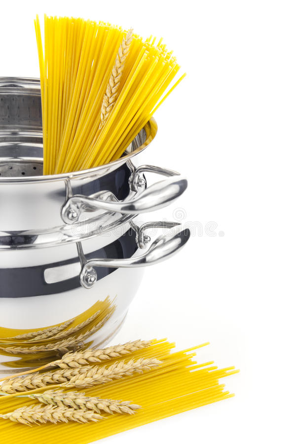 Cozimento do italiano/saucepan com massa imagem de stock royalty free