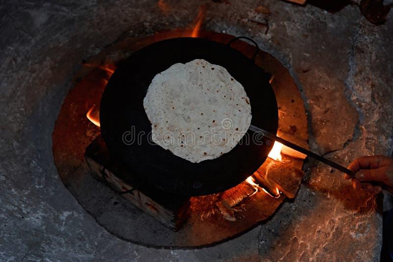 Cozimento do pão do pão árabe em um saj ou tava no fogo, close-up imagens de stock