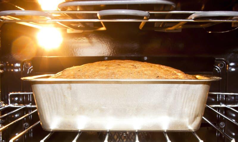 Cozimento do pão no forno quente imagem de stock royalty free