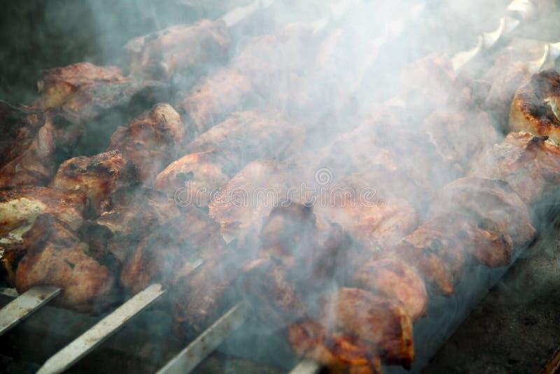Cozimento do shashlick saboroso fora, close up foto de stock