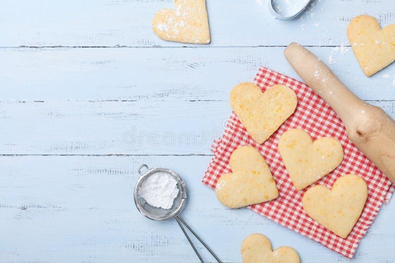 Cozimento doce para o dia de Valentim Cookies de biscoito amanteigado na forma da opinião superior do coração foto de stock royalty free