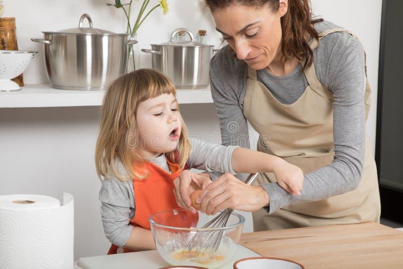 Cozimento e criança da família que queixam-se fotografia de stock royalty free
