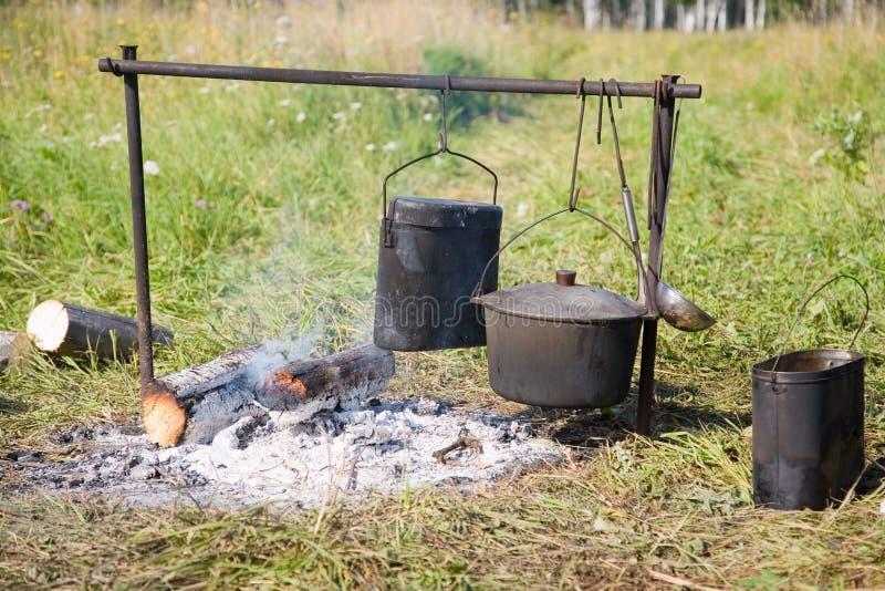 Cozimento em um incêndio aberto foto de stock royalty free