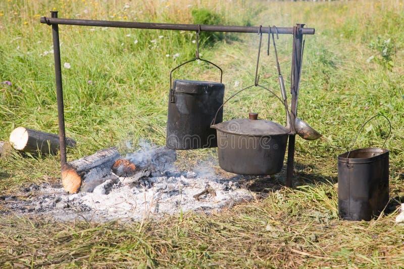 Cozimento em um incêndio aberto foto de stock