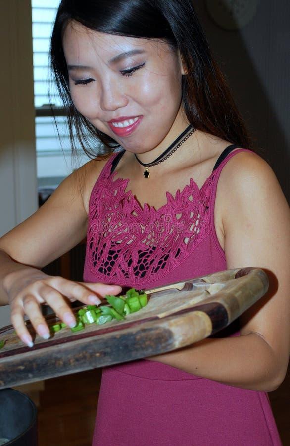 Cozimento fêmea asiático da beleza foto de stock