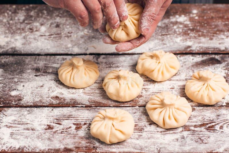 Cozimento feito a mão do khinkali na cozinha fotografia de stock