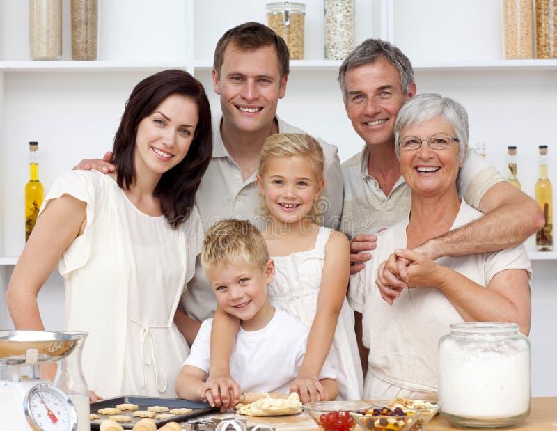 Cozimento feliz da família na cozinha
