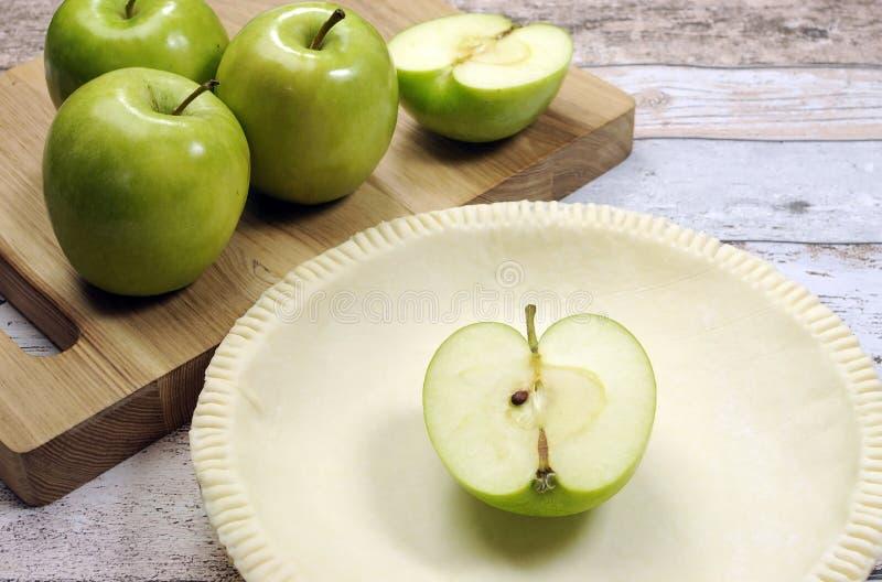 Cozimento festivo do feriado com uma crosta vazia da pastelaria do shell de torta com as maçãs verdes cruas fotos de stock royalty free