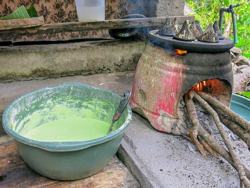 Cozimento, cozimento, fritando Preparando panquecas indonésias chamou o LAK do LAK tradicionalmente Forno simples da sobremesa mu foto de stock