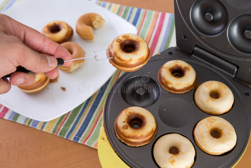 Cozimento Mini Donuts imagens de stock