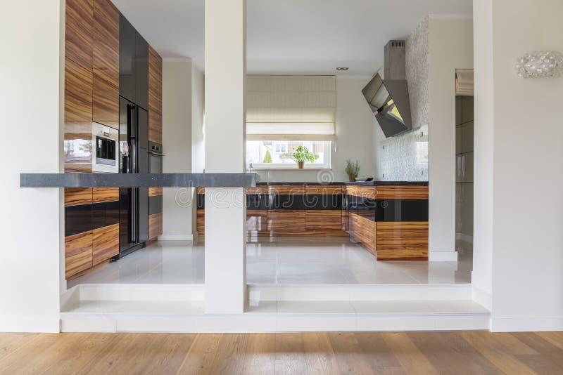Cozinha aberta moderna da planta fotografia de stock royalty free
