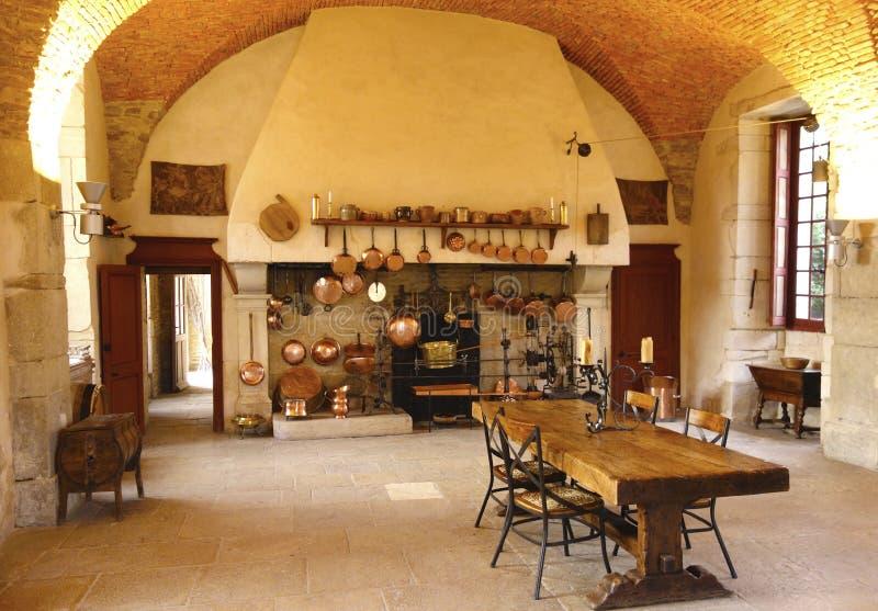 A cozinha antiga na adega de Castelo de Pommard. imagens de stock royalty free