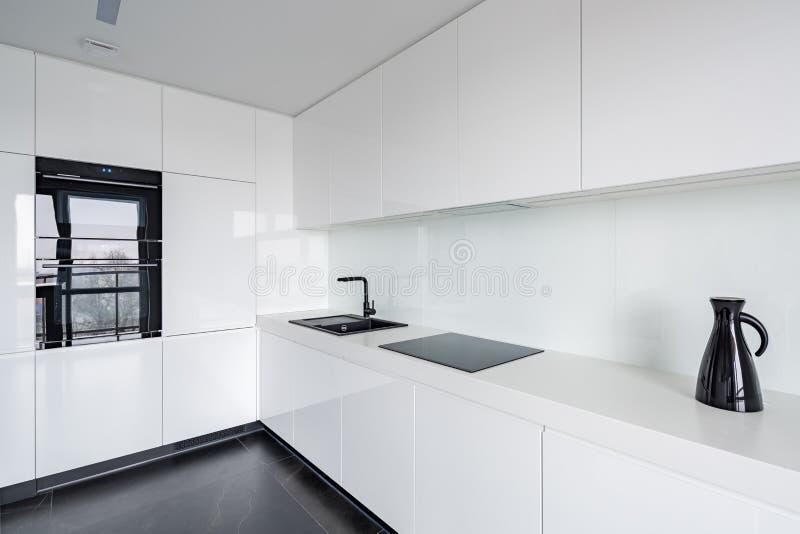 Cozinha branca com assoalho de pedra foto de stock