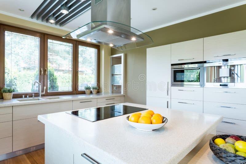 Cozinha branca com ideia da ilha imagem de stock royalty free