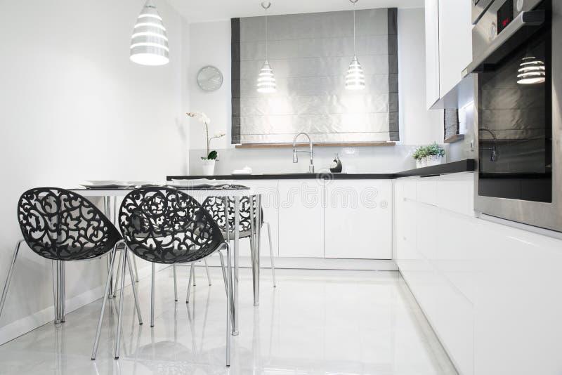 Cozinha branca e preta imagem de stock