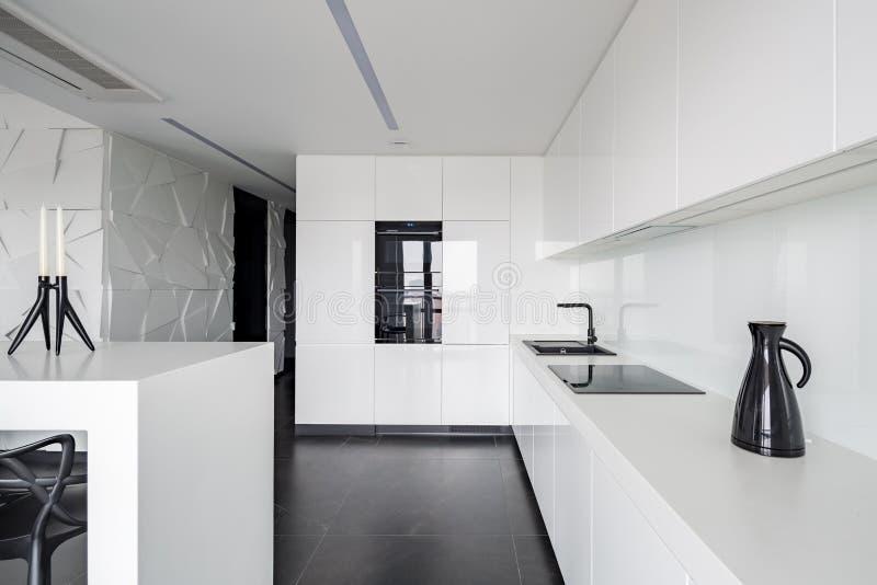 Cozinha branca elegante de alto brilho fotos de stock