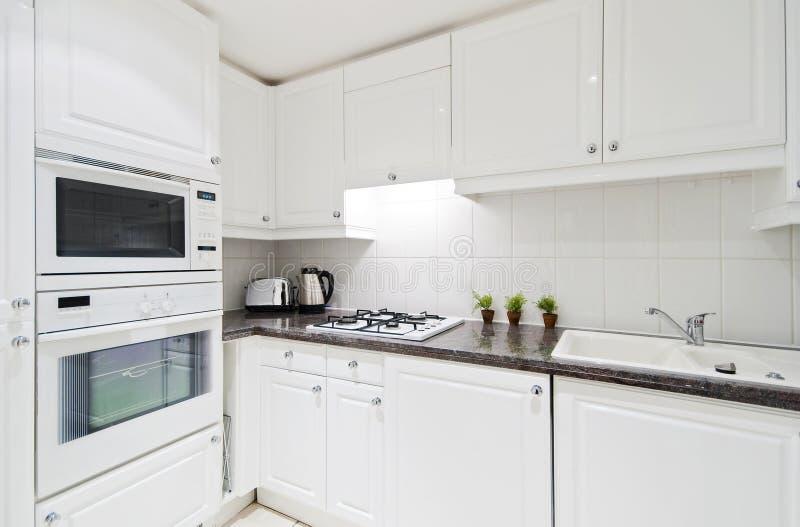 Cozinha branca inteiramente cabida fotos de stock royalty free