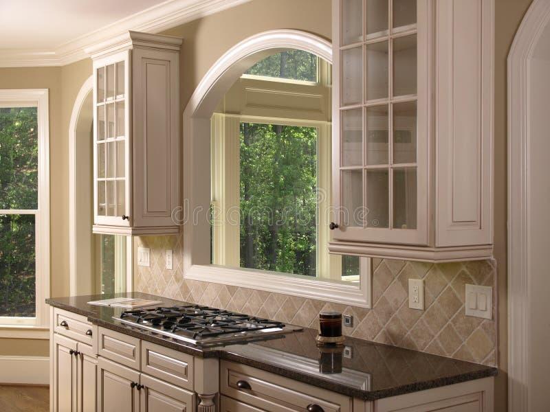 Cozinha branca luxuosa 2 da HOME modelo imagem de stock royalty free