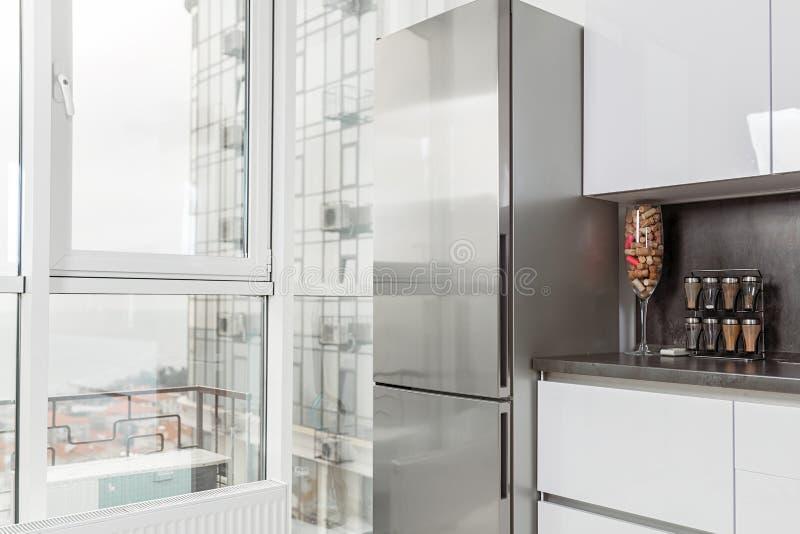 Cozinha branca moderna Elementos da cozinha no fundo de uma grande janela panorâmico foto de stock