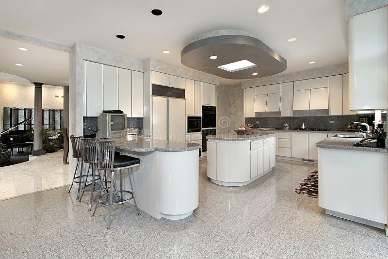 Cozinha branca na HOME luxuosa fotografia de stock