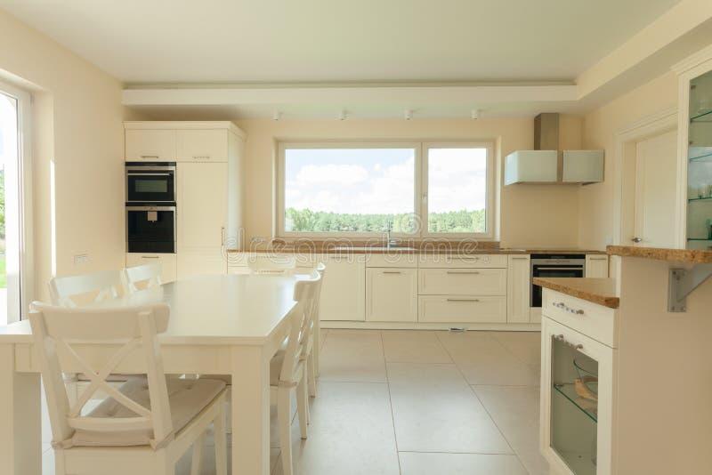 Cozinha brilhante na casa funcional fotos de stock royalty free