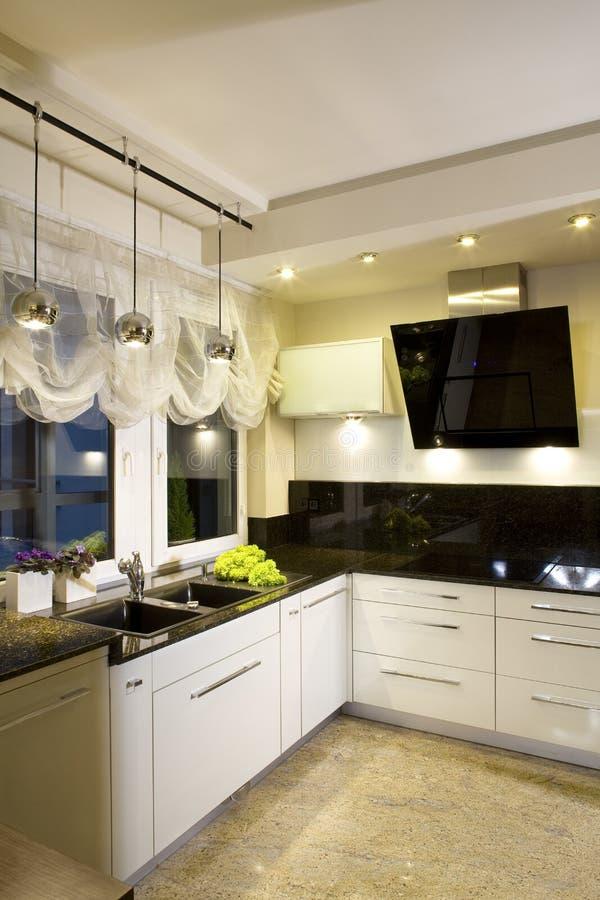 Cozinha cabida moderna imagens de stock
