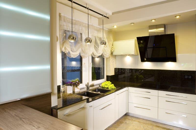 Cozinha cabida moderna foto de stock