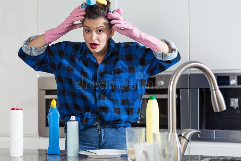 Cozinha chocada da limpeza da mulher imagem de stock