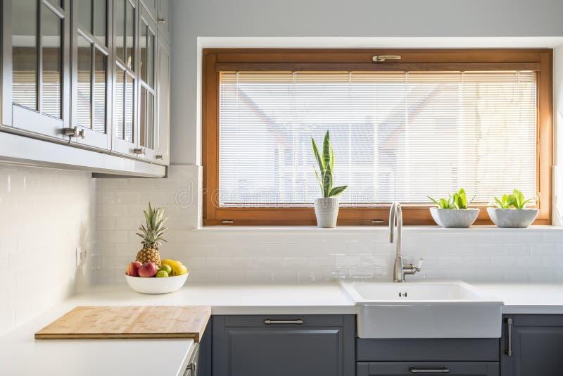 Cozinha clara com bancada branca foto de stock