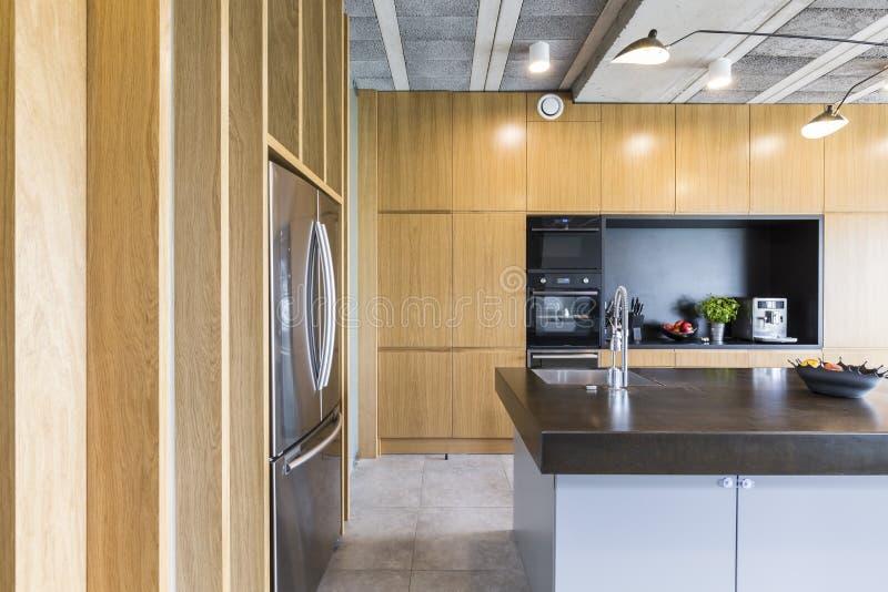 Cozinha clara e moderna imagem de stock
