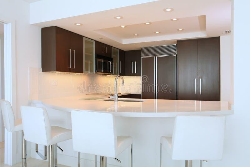 Cozinha com barra imagem de stock