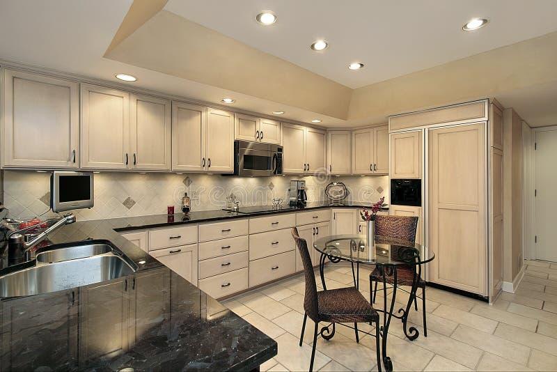 Cozinha com cabinetry claro do carvalho fotografia de stock royalty free