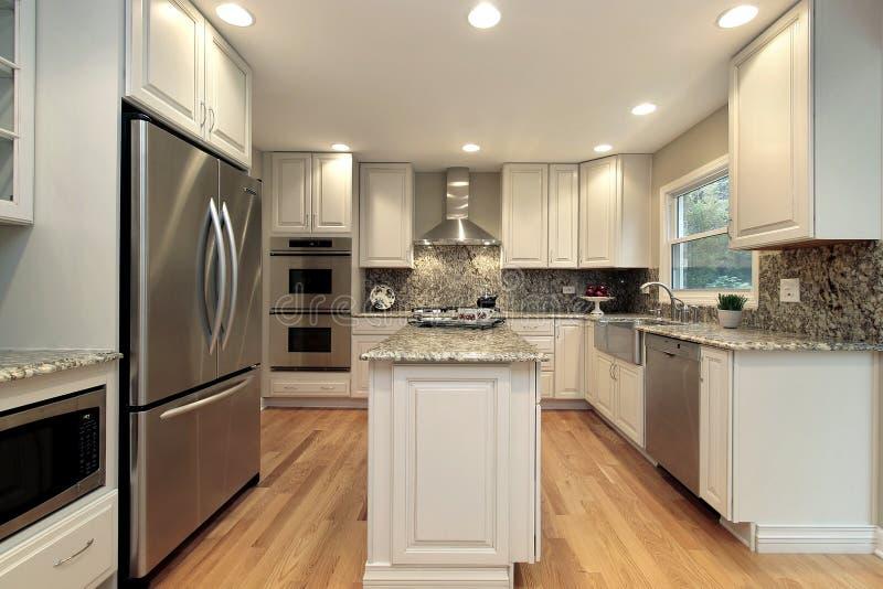 Cozinha com cabinetry colorido luz imagem de stock royalty free