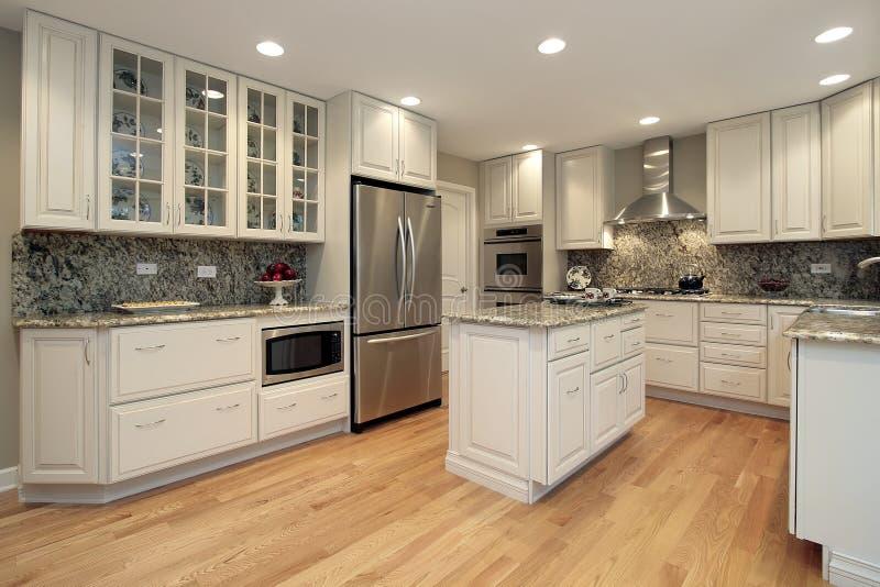 Cozinha com cabinetry colorido luz imagem de stock