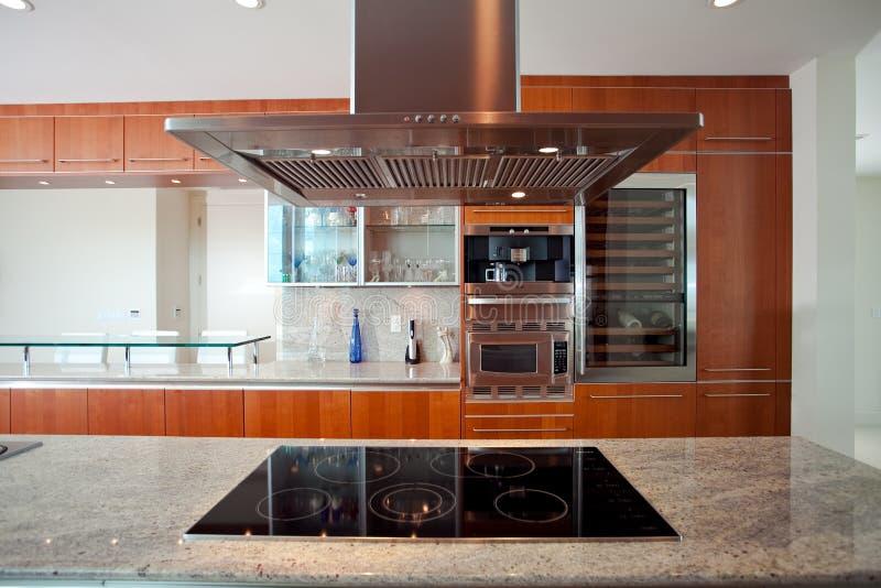 Cozinha com capa e fogão fotografia de stock