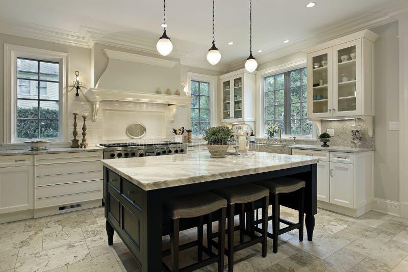 Cozinha com partes superiores contrárias do granito foto de stock
