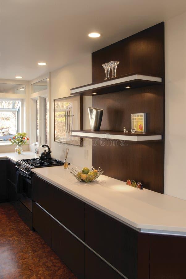 Cozinha com prateleiras de flutuação fotografia de stock royalty free