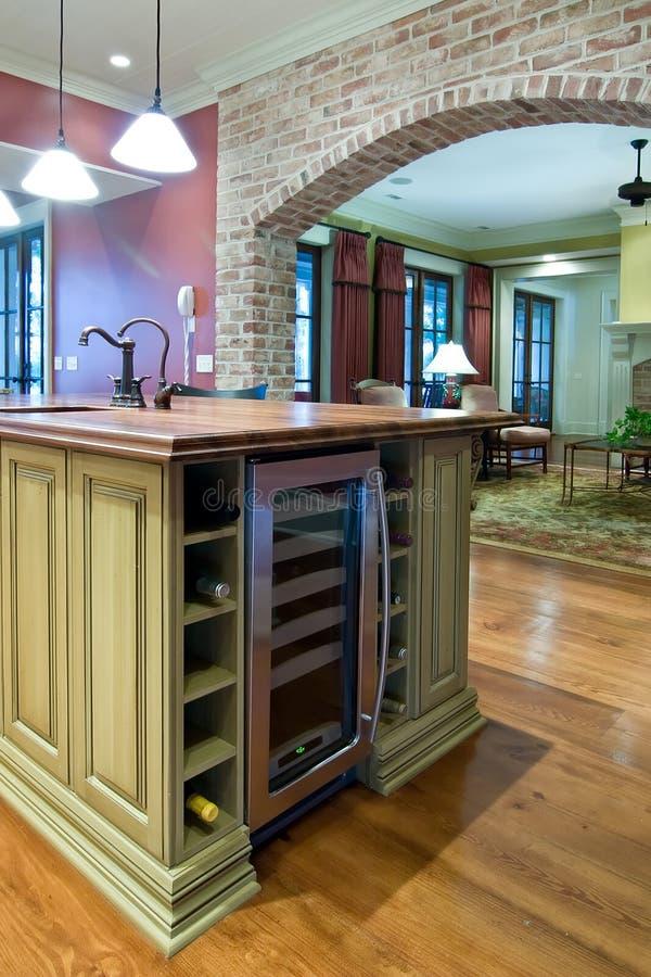 Cozinha com refrigerador do vinho fotografia de stock royalty free