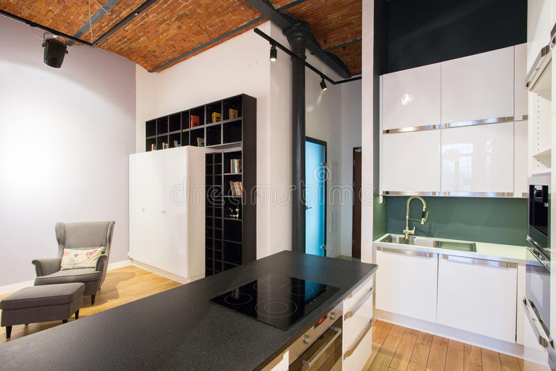 Cozinha com sala de visitas foto de stock