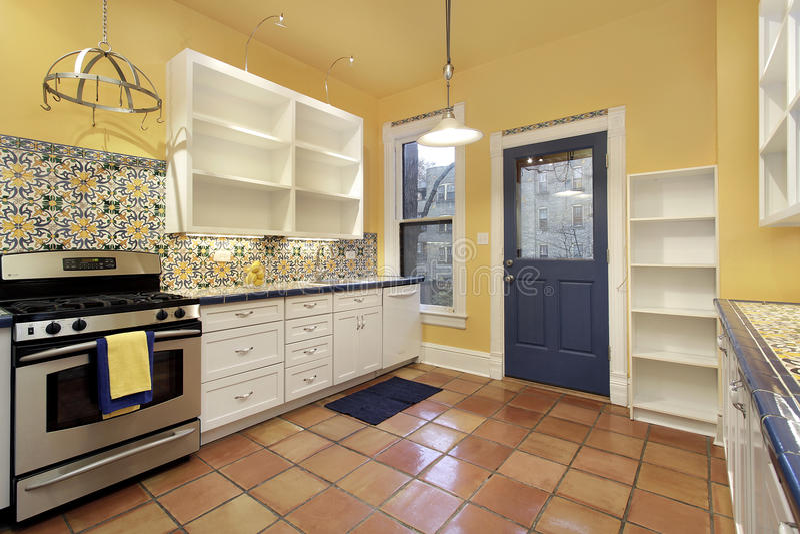 Cozinha com terra - telha de assoalho do cotta fotos de stock