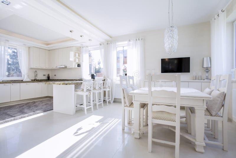Cozinha com um espaço para refeições brilhante fotografia de stock royalty free