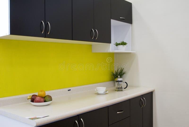 Cozinha com uma parede amarela imagem de stock
