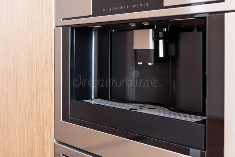 Cozinha contemporânea com construído na máquina do café imagens de stock royalty free